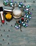 组成袋子和套专业装饰化妆用品、构成工具和辅助部件在背景 秀丽、时尚和购物的c 免版税图库摄影