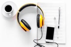组成音乐 耳机、音乐笔记、电话和咖啡在白色背景顶视图copyspace 免版税图库摄影