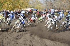 组摩托车越野赛摩托车赛跑的起始时&# 免版税库存照片