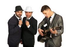 组有吉他弹奏者的歌唱家 免版税库存图片