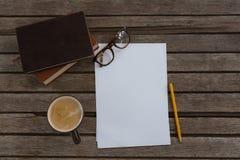 组织者、咖啡、眼镜、铅笔和纸在木板条 库存照片
