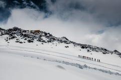 组elbrus倾斜的登山人在冰川 免版税库存照片