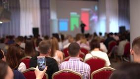 细听讲话关于公司的行销和管理成功的销售 商人研讨会 股票视频
