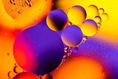 细胞膜的科学图象 宏指令液体物质 抽象分子原子sctructure 背景浴蓝色泡影水 22 177个航空口径区别枪宏指令药丸照片射击显示范围目标 图库摄影