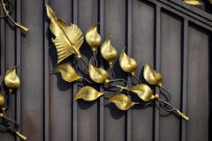细节、伪造的铁门的结构和装饰品 花卉12月 免版税库存照片