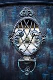 细节、锻铁篱芭的结构和装饰品有门的 免版税库存照片