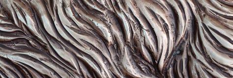 细节和装饰浅浮雕装饰品从伪造的盖印的铁门金属当背景纹理 免版税库存图片