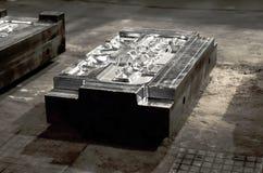 细节-一个被熔铸的机器的形式零件 盖印汽车的金属板工具模子 库存图片