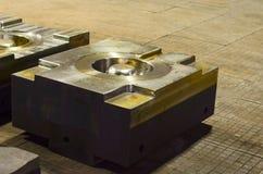 细节-一个被熔铸的机器的形式零件 盖印汽车的金属板工具模子 免版税图库摄影