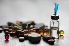 细颈瓶和针从一个医疗注射器 库存照片