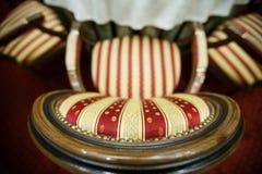 织品一把软的扶手椅子的镶边的盖子 库存图片
