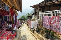 织品和纪念品市场下午在猫猫村庄Sa Pa的,越南的夏天 图库摄影