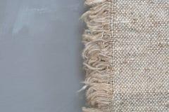 织品在灰色背景的麻袋布纹理 艺术背景粗麻布布料片段图象大袋纹理种类 样式织品纺织品 免版税库存图片
