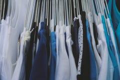 织品衣裳纹理在商店 免版税库存图片