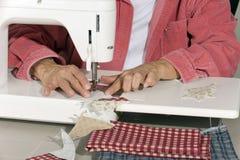 织品被子quilter缝的顶层 免版税库存照片