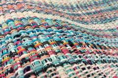 织品被编织多彩多姿的螺纹 生动背景特写镜头被编织的围巾的纺织品 免版税库存照片