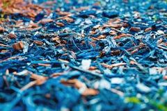 织地不很细完成的花圃的背景装饰色的锯木屑在外型的冬天季节的 蓝色和褐紫红色 免版税库存照片