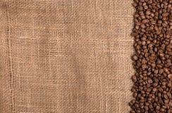 织地不很细背景wth咖啡豆,五谷 库存图片