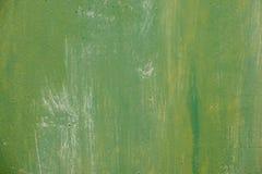 织地不很细金属表面在与生锈的斑点的苍白灰色粗心大意地上色了绿色油漆并且退了色在阳光下 免版税库存图片