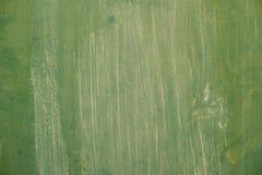 织地不很细金属表面在与生锈的斑点的苍白灰色粗心大意地上色了绿色油漆并且退了色在阳光下 库存照片