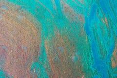 织地不很细金属表面在与生锈的斑点的苍白灰色粗心大意地上色了蓝色油漆并且退了色在阳光下 库存照片