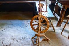 织布工的屋子的古老内部 免版税图库摄影