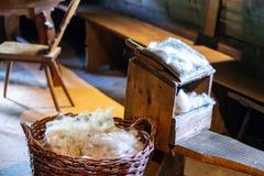 织布工的屋子的古老内部 免版税库存图片