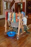 织布机的妇女在地毯工厂陈列室里在代尼兹利,土耳其 免版税库存照片