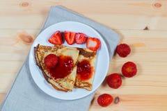 绉纱用新鲜的草莓和果酱 免版税图库摄影