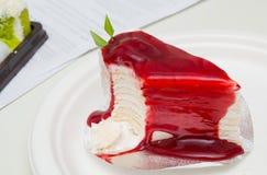 绉纱蛋糕面包店片断用草莓调味汁 免版税库存照片