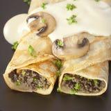绉纱被充塞的蘑菇薄煎饼 库存照片