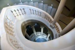 经典之作下来看起来螺旋形楼梯 免版税库存照片
