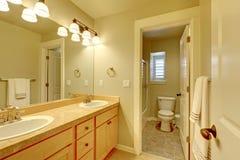 经典之作二米黄颜色的水槽卫生间。 库存照片