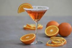 经典之作意大利语Aperol喷在马蒂尼鸡尾酒玻璃的鸡尾酒 库存图片