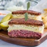 经典之作reuben三明治,供食用泡菜,土豆片,方形的格式 库存照片