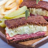 经典之作reuben三明治,供食用泡菜,土豆片,正方形 免版税图库摄影