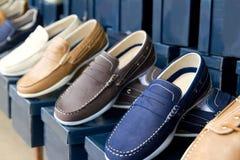 经典人连续穿上鞋子五颜六色 免版税库存图片
