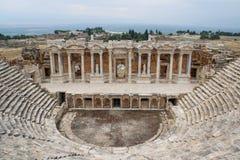 经典古色古香的希腊圆形剧场在棉花堡,代尼兹利,土耳其 免版税库存图片