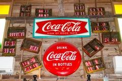 经典可口可乐商标烙记的商标作为在可口可乐博物馆` Baan轰隆Khen `的墙壁上的装饰 免版税库存照片