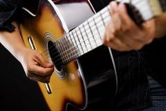 经典吉他人使用 免版税库存图片
