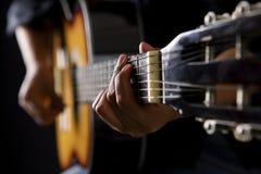 经典吉他人使用 库存图片