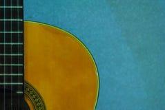 经典吉他减速火箭的美丽的尼龙串吉他 库存图片