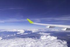 经典图象通过在喷气机引擎上的航空器窗口 免版税库存照片