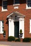 经典圆柱状门前面 免版税库存照片