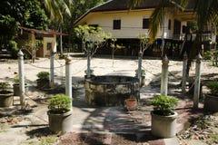 经典圣洁被开掘的水井泰国样式在Wat Kiean轰隆Kaew寺庙的庭院里 图库摄影