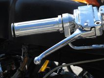 经典摩托车镀铬物手夹子和刹车杆 免版税库存照片