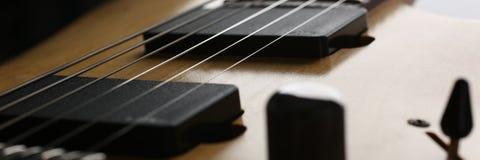 经典有红木脖子的形状木电吉他 库存照片