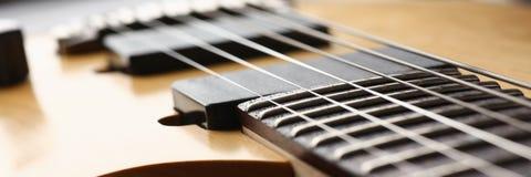 经典有红木脖子的形状木电吉他 图库摄影
