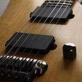 经典有红木脖子的形状木电吉他 免版税库存照片