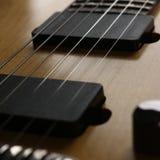经典有红木脖子的形状木电吉他 免版税库存图片